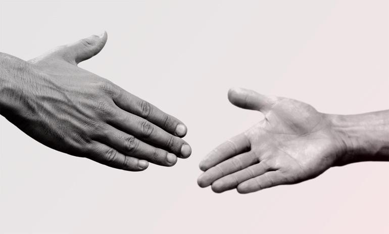 main tendue vers une autre